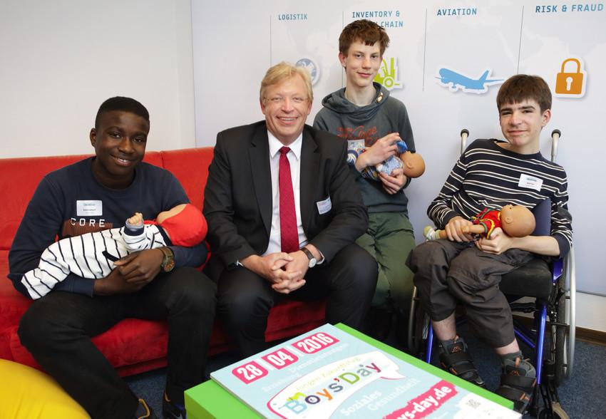Staatssekretär Kleindiek mit Jungen uns Babypuppen