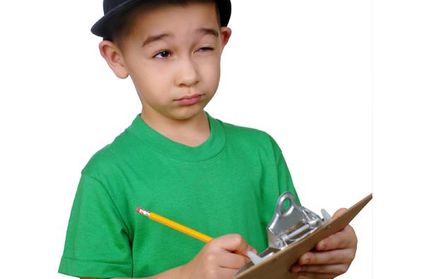 Junge mit Klemmbrett und Bleistift