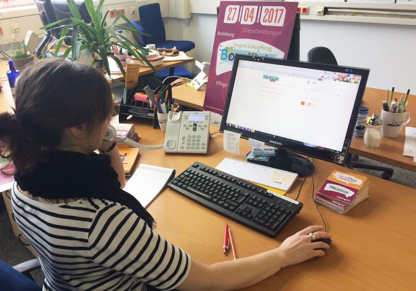 Frau an einem Computerarbeitsplatz