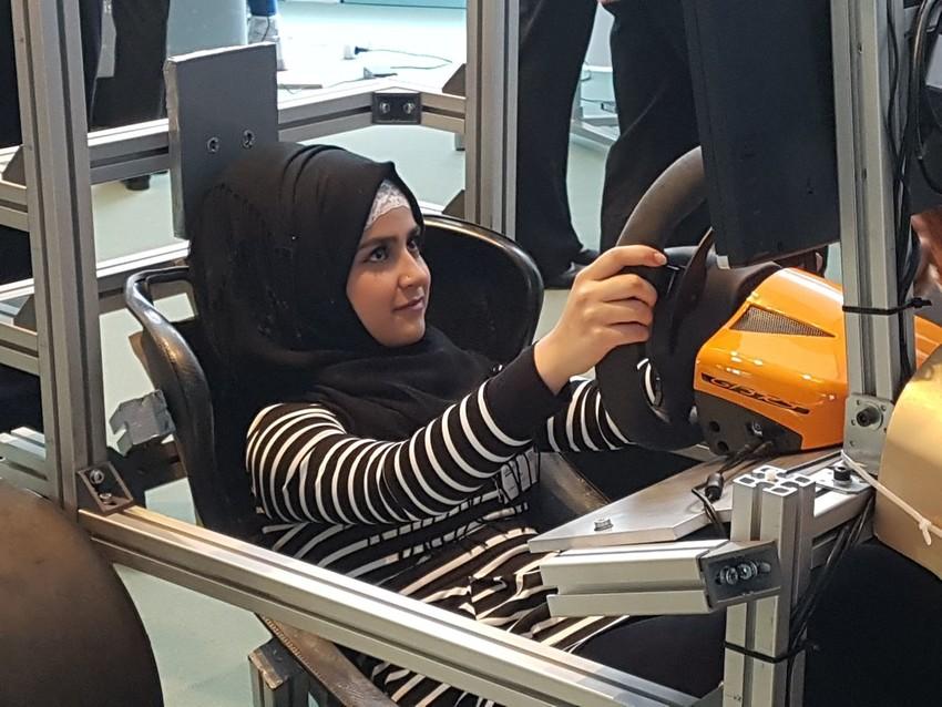 Mädchen sitzt in einem Simulator