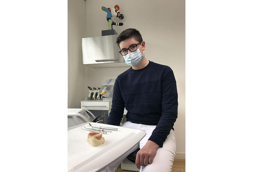 Junge mit Mundschutz beim Zahnarzt